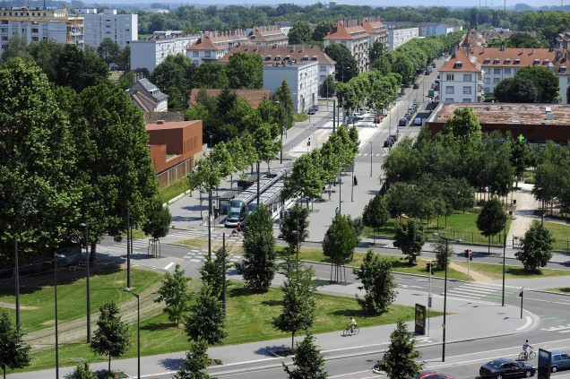 Carrefour Reuss : a garden, equipments and the tramway terminus